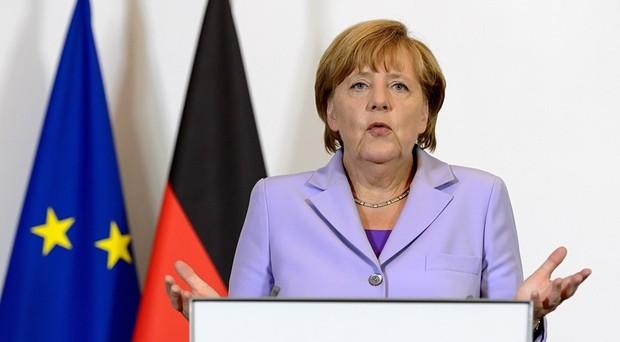 La cancelliera Angela Merkel attacca su area Schengen e stato sociale per gli immigrati. Una reazione ai fatti di Colonia, ma anche una minaccia all'Italia.