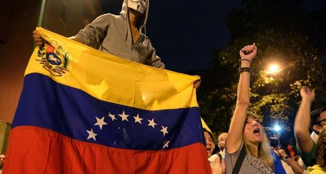 Venezuela sempre più a rischio default, come dimostrano sia i rendimenti dei bond che dei cds. E il governo spera solo nel taglio concordato della produzione di petrolio.