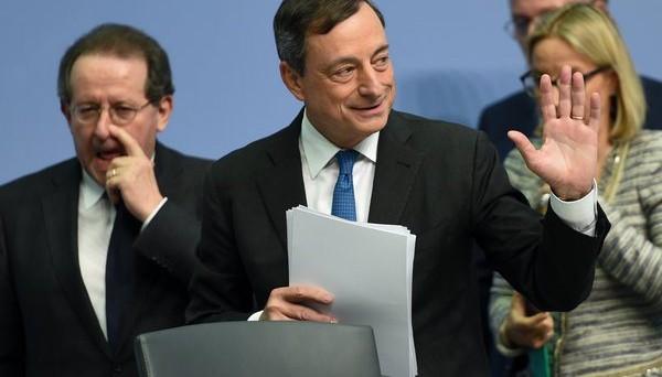 La BCE chiede ai governi dell'Eurozona maggiori investimenti pubblici e riforme per sostenere la crescita economica e far tendere l'inflazione all'obiettivo.