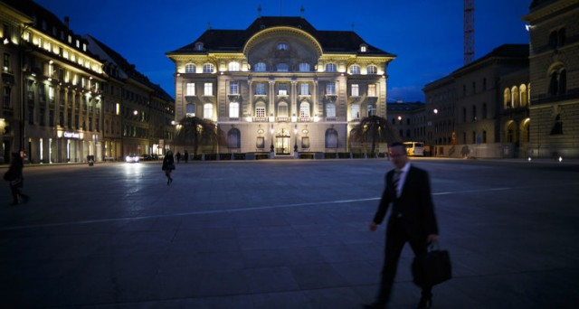 Comprate franchi svizzeri contro il rischio Brexit. Il consiglio è di Hsbc, che aumenta così la pressione rialzista sulla valuta elvetica. Che farà la SNB al board di giovedì?