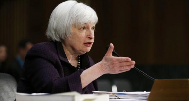 La Fed lascia fermi i tassi USA e taglia le stime sul pil. Balza il cambio euro-dollaro.