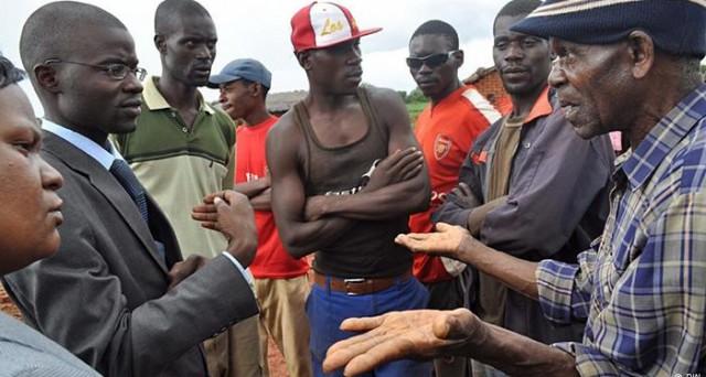 Maggioranza delle azioni agli abitanti di pelle nera, oppure le società saranno chiuse. E' la minaccia a cui vanno incontro le imprese straniere nello Zimbabwe dal prossimo 1 aprile.