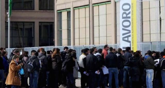 Disoccupazione in Italia ai minimi dalla fine del 2012 all'11,4%, occupati stabili da inizio anno.