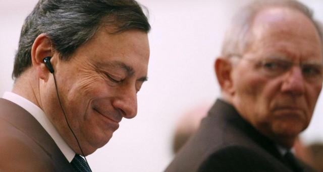Mario Draghi si appella ai governi sul futuro dell'euro, temendo il pericolo di essere rimasto il solo a difenderlo. Ma la cancelliera Angela Merkel non può raccogliere la sfida, essendo sotto pressione in Germania.