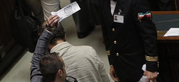 PD, PDL e SEL votano uniti per tenersi i rimborsi elettorali di 91 milioni di euro.  I parlamentari del M5S escono dall'aula depositando banconote finte da 500 euro sui banchi del governo.
