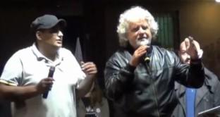 Grillo fa salire sul palco un contestatore e lo prende in giro: