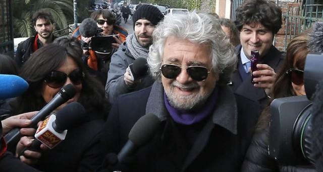 """Sul blog di Beppe Grillo """"Chapeau"""" per Napolitano, le distanze si accorciano. Intanto i grillini eletti si riuniscono a Roma lunedì in un luogo segreto. Bersani voterebbe la fiducia?"""