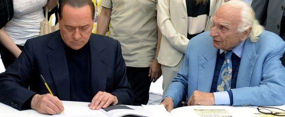Berlusconi e Pannella d'accordo sulla riforma della giustizia: dal banchetto della raccolta firme sfottò a Marco Travaglio