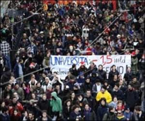 Il traffico di Roma già bloccato dai quattro cortei di studenti e operai della Fiom che protestano contro i tagli.