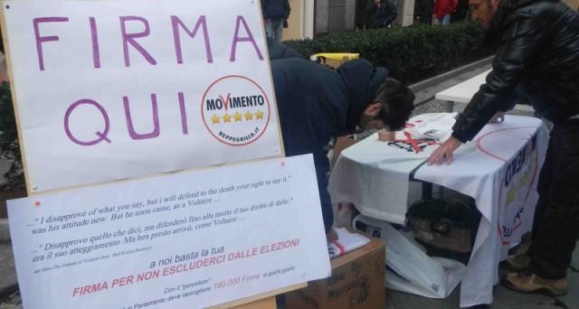 Forte affluenza a Roma e Bologna per il Firma Day di Beppe Grillo. Appello dell'Italia dei Valori e dei Radicali al Movimento 5 Stelle