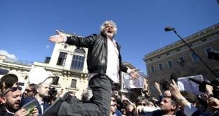 Il vaff di Enrico Mentana ad un'attivista, le contestazioni a Massimo Giletti costretto ad allontanarsi e gli insulti a Franceschini che mangiava in un ristorante romano: momenti di tensione in una manifestazione pacifica
