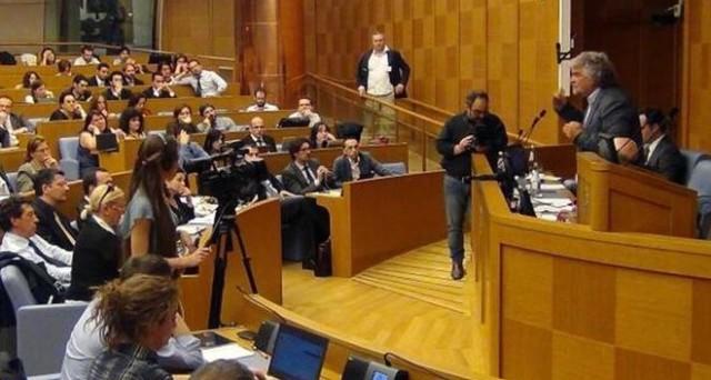 Il portavoce parla ai parlamentari del Movimento 5 Stelle e propone una black list di chi non rendiconta: ufficializzata l'espulsione di Venturino