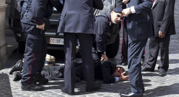 L'obiettivo dell'attentatore non erano i carabinieri feriti ma i politici, che ora rivendicano la loro protezione