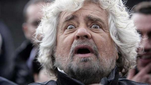 Pronta la replica di Beppe Grillo al titolo della Repubblica sulla retromarcia degli stipendi parlamentari.