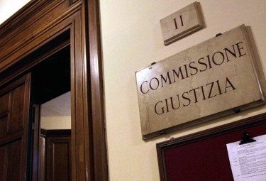 Il PdL di Berlusconi ha ottenuto Giustizia e Comunicazioni ma potrebbe spuntarla anche sulle autorizzazioni. Pd e Pdl procedono in tandem tra Camera e Senato mentre il M5S cerca di strappare la vigilanza Rai