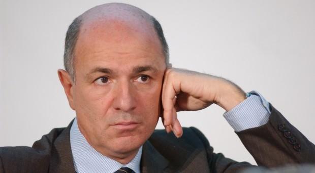 Beppe Grillo fa il nome di Corrado Passera come possibile nuovo premier per l'Italia; il ministro smentisce