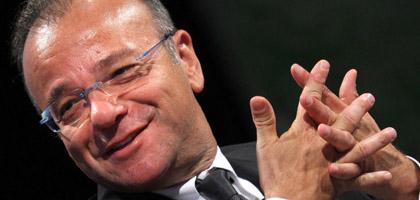Famiglia Cristiana attacca duramente Silvio Berlusconi, condannando le sue azioni e riflettendo sulle serie conseguenze che avranno per il Paese. Subito insorge il Pdl, che per voce di Gianfranco Rotondi, rilascia una dichiarazione che fa discutere: