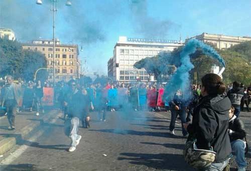 Durante la manifestazione romana scontri e tensioni, un ferito e molti ragazzi fermati dalle forze dell'ordine.