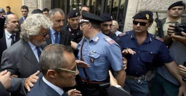 Il Movimento 5 Stelle ha occupato questa mattina Piazza Mazzini per protestare contro la RAI, rea di una cattiva gestione e di un'informazione parziale. Arrivato a Roma anche Beppe Grillo, che non ha esitato a ripetere le ragioni di una protesta da seguire sull'hashtag #OccupyRAI. La guerra al Servizio Pubblico è dichiarata.