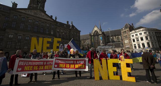 Il referendum in Olanda boccia l'accordo UE-Ucraina, aprendo la strada anche alla Brexit a giugno. Le istituzioni europee stanno sgretolandosi di giorno in giorno.