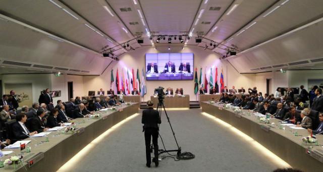 Vertice OPEC domani. Prezzo del petrolio ancora a rischio? Ecco cosa dobbiamo attenderci dalla riunione del cartello.