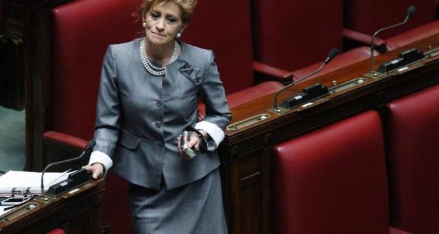 La senatrice Pelino del Pdl ha acquistato oltre 11 mila euro di vestiti senza pagare il conto.