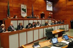 La Camera prontamente annulla la timida proposta di Monti di limitare i vitalizi dei Consiglieri Regionali: i parlamentari non si tagliano le entrate da soli.