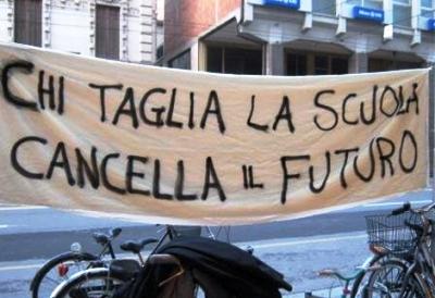 La protesta contro i tagli all'istruzione continua e vede uniti nella lotta docenti e insegnanti.