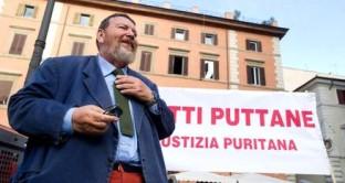 """L'ennesima provocazione di Giuliano Ferrara ha radunato circa 300 persone in piazza Farnese ieri sera, 25 giugno, al grido """"siamo tutte puttane"""": presente anche la fidanzata di Berlusconi. Insulti ai giornalisti"""