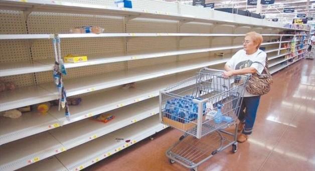 Venezuela a picco: negozi sempre più vuoti e il governo annuncia un dimezzamento delle importazioni di beni. Si teme un crollo delle condizioni di vita delle famiglie.