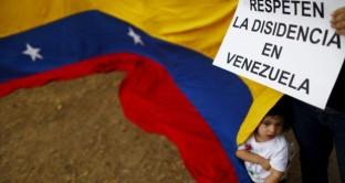 Venezuela a rischio espulsione dalle organizzazioni sovranazionali americane, mentre dilaga la crisi economica e lo scontro tra governo e Parlamento potrebbe andare fuori controllo. Riserve a picco.
