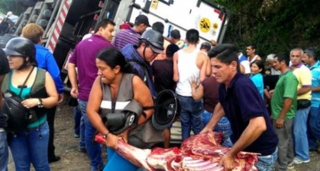Violenze per le strade del Venezuela, a causa della carenza di cibo, farmaci e altri beni di prima necessità. L'economia sta collassando, ma la gestione della crisi appare fuori controllo. Bolivar a oltre 400 contro il dollaro sul mercato ufficiale.
