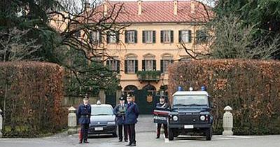 Le alternative al carcere sono un anno di arresti domiciliari o di affidamento ai servizi sociali: cosa decideranno i legali di Berlusconi?
