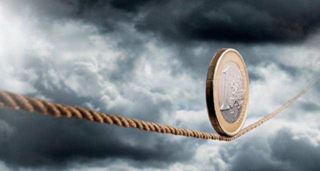 Le banche italiane dividono Italia e Germania. La loro crisi segnerebbe la fine dell'euro e della UE. La cancelliera Angela Merkel resta contraria al salvataggio pubblico.