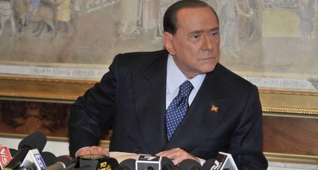Governo d'emergenza dopo il referendum costituzionale, se Matteo Renzi perde al voto sulle riforme. Lo chiede Silvio Berlusconi, che invoca il cambiamento dell'Italicum.