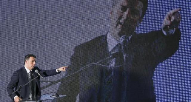 Renzi fischiato dai commercianti all'assemblea di Confcommercio. Il premier contestato sull'economia, il presidente Sangalli non condivide l'ottimismo: la ripresa vera non c'è.