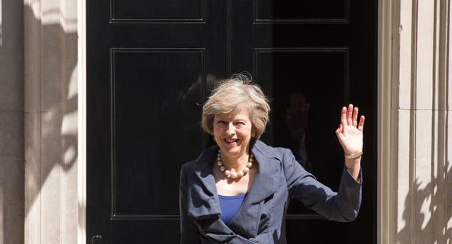 La fine della crisi politica a Londra ha rinvigorito la sterlina e spinto la City ai massimi da quasi un anno. I bond ripiegano.