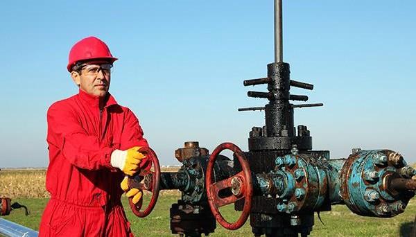 Quotazioni in calo sulle scorte USA, ma dalla benzina non arrivano buone notizie per il settore.