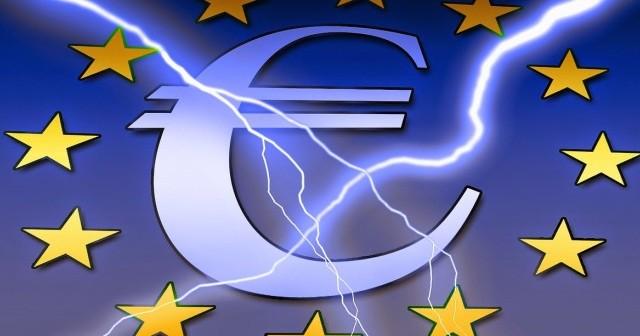 Referendum sull'euro in Italia? Il Movimento 5 Stelle lo richiede, ma non sarebbe il voto a mettere a rischio la nostra permanenza nell'Eurozona. Vediamo perché.
