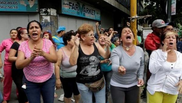 Fame nel Venezuela, dove gli zoo sono assaltati da gruppi di disperati. Altissimo il rischio default, ma non è detto che la crisi sia all'apice.