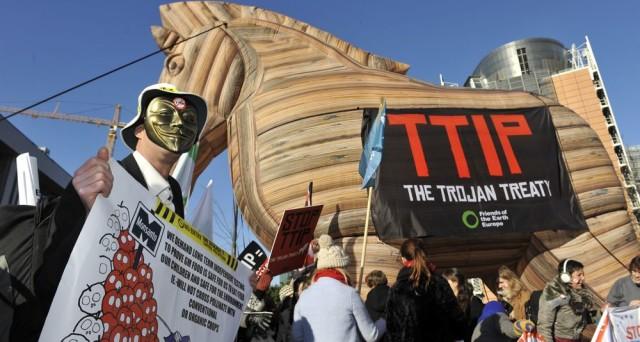 Il negoziato per il TTIP, l'accordo sul libero scambio tra UE e USA, si è di fatto arenato, anche se non ufficialmente. Si vocifera che potrebbe ripartire non prima del 2020, ma in assenza di volontà politica, potrebbe morire per sempre.