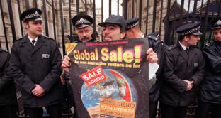 La crescita del commercio mondiale rallenta di anno in anno e adesso il WTO intravede il rischio di un ritorno al protezionismo, specie con il prossimo presidente USA.