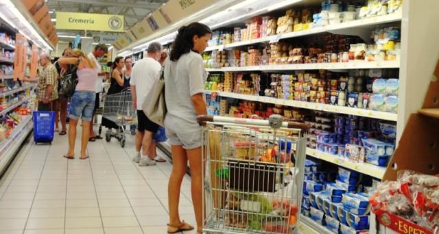 I consumi degli italiani cambiano negli anni: meno cibo e bevande, più servizi. E cresce la spesa per frutta e verdura, anche se è allarme povertà.