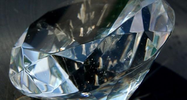 Lo slogan dei diamanti cambia e punta sui nuovi costumi tra i giovani. L'associazione con il matrimonio non tira e l'industria segue la svolta. Ecco i due video online della svolta.