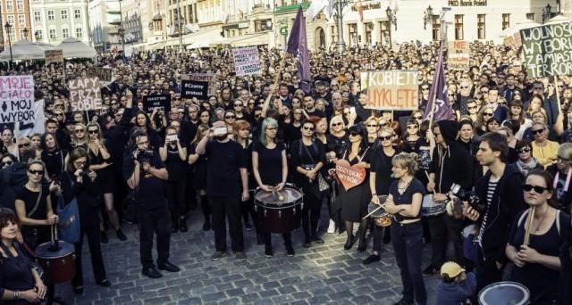Le donne in Islanda hanno scioperato contro la disparità di genere al lavoro, nonostante l'isola sia per la Banca Mondiale il paese con le minori discriminazioni tra uomo e donna.