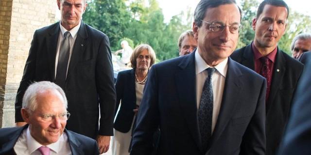 La BCE starebbe ipotizzando modifiche al quantitative easing, in modo da superare il problema della carenza dei bond. E la Germania potrebbe spuntarla a suo favore, evitando che a beneficiarne sia l'Italia.