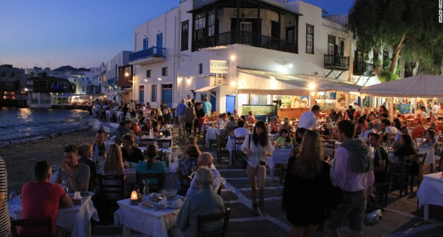 Record di turisti in Grecia al 31 agosto scorso, ma le entrate sono crollate. Cosa succede?