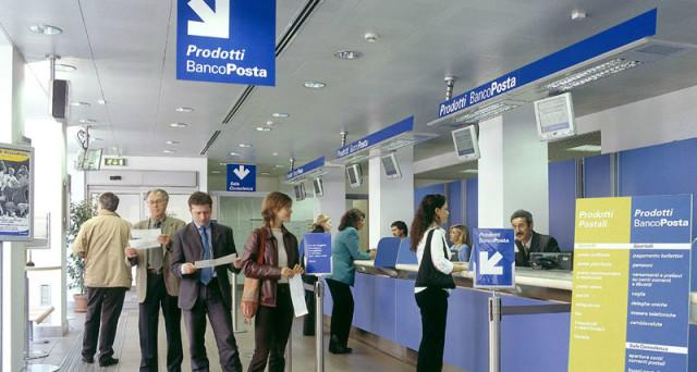 La crisi delle banche italiane sta spingendo diversi piccoli risparmiatori verso le Poste. Ma i loro conti sono davvero al sicuro?
