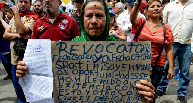 Il default in Venezuela è stato allontanato ancora per un po', ma la crisi economica e politica è gravissima. Il bolivar crolla ai nuovi minimi storici sul mercato nero.