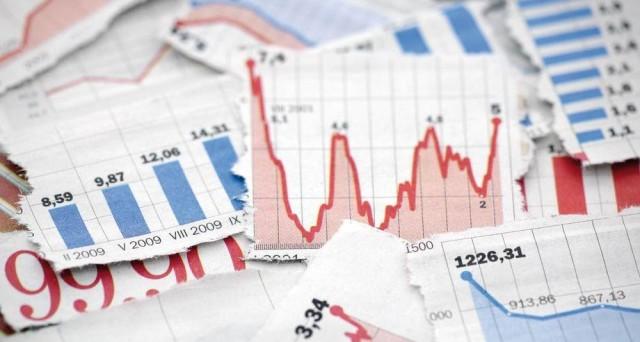 Banche italiane travolte dalle vendite, mentre anche i BTp crollano e la sfiducia sull'economia italiana sui mercati si riflette in numeri cupi sui rischi di default.